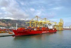 Hafen und Schiff luden mit Behälterhafen von Barcelona Spanien Stockbild