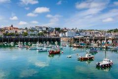 Hafen und Skyline des Heiligen Peter Port Guernsey Stockfotos