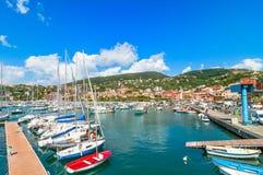 Hafen und Stadt von Lerici im Sommer Lizenzfreie Stockbilder