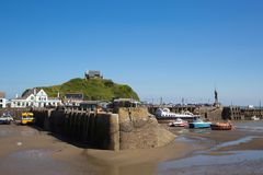 Hafen- und Statuenansicht Ilfracombe Devon mit schönem blauem Himmel Stockfotografie