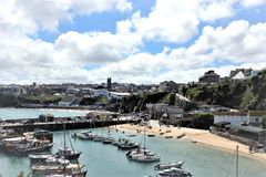 Hafen- und Towan-Strand an der Flut, Newquay, Cornwall, Großbritannien lizenzfreies stockfoto