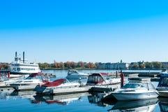 Hafen und Vergnügungsdampfer Lizenzfreie Stockfotos