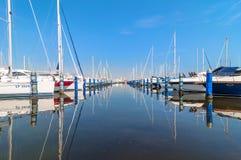 Hafen von Cervia mit Booten und Yachten auf dem Kai, Italien Lizenzfreies Stockfoto