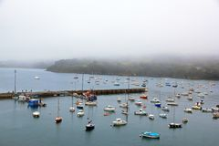 Hafen von Douarnenez im schlechten Wetter u. in x28; Bretagne, Finistere, France& x29; Stockfotografie