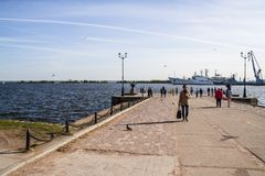 Hafen von Kronstadt und von Stellung auf den RAID-Schiffen und den Booten, das Finnische Meerbusen, lizenzfreies stockfoto