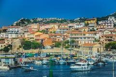 Hafen von La Maddalena in Italien Boote, Touristen und Autos Stockfoto