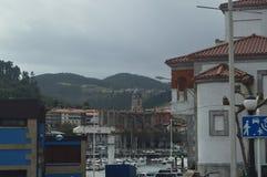 Hafen von Lekeitio mit seinen Booten festgemacht von zeitlichen Hugo At The Background Views der Gebäude dieser Presious-Stadt mä stockbild
