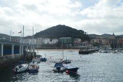 Hafen von Lekeitio mit seinen Booten festgemacht von zeitlichen Hugo At The Background Views der Gebäude dieser Presious-Stadt mä stockbilder