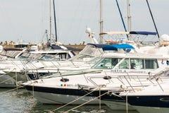 Hafen von modernen Yachten und von Booten Stockbilder