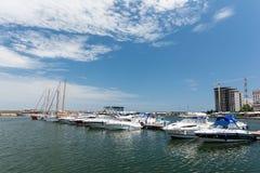 Hafen von modernen Yachten und von Booten Stockfoto