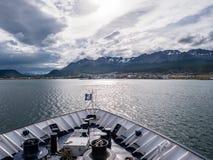 Hafen von Ushuaia vom Bogen von cruiseship Segeln auf Spürhund-Kanal lizenzfreie stockfotos