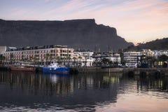 Hafenansicht des Tafelbergs bei Sonnenuntergang lizenzfreies stockbild