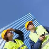 Hafenarbeiter bei der Arbeit Stockfotos