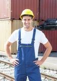 Hafenarbeiter bei der Arbeit mit Überseebehältern Lizenzfreie Stockbilder