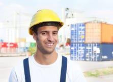 Hafenarbeiter, der über Kamera auf einem Seehafen lacht Stockbild
