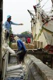 Hafenarbeitskräfte in ihren Tätigkeiten lizenzfreie stockbilder
