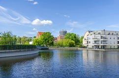 Hafenbecken Tegeler Hafen mit dem Klinik medizinischen Park Humboldtmuehle, den Wohneinheiten und Humboldt-Bibliothek in Berlin lizenzfreies stockbild