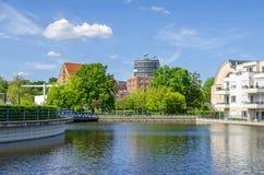 Hafenbecken Tegeler Hafen mit dem Klinik medizinischen Park Humboldtmuehle, den Wohneinheiten und Humboldt-Bibliothek in Berlin stockbild