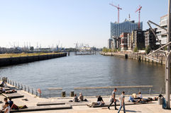 Hafencity i sjösidan Hamburg Arkivbilder