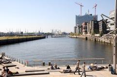 Hafencity in strandboulevard Hamburg Stock Afbeeldingen