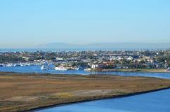 Hafeneinlaß mit Catalina Island im Hintergrund Stockfotos