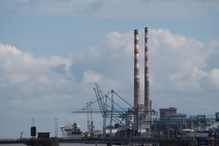 Hafengebiet und Doppelkamine des Poolbeg-Kraftwerks, Dublin, Irland Stockbild