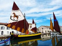 Hafenkanal Leonardesque, traditionelle Segelboote, Cesenatico, Italien lizenzfreie stockfotografie