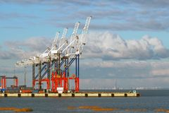 Hafenkräne gegen den Himmel Stockfoto