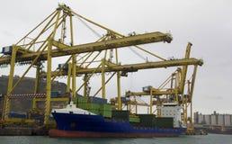 Hafenkräne und -schiff Stockfotos