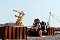 Hafenkran und rostiges Eisen Lizenzfreies Stockfoto