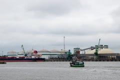Hafenlandschaft Ansicht des Industriehafens stockbild