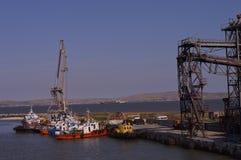 Hafenschiffe auf dem Wasser Stockfotos