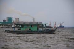 Hafenschiffe und -Schornsteine in Malaysia stockbild