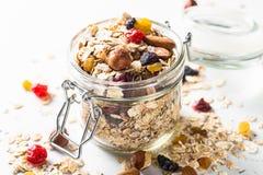 Hafer-Flocken oder Granola mit Nüssen, trockener Frucht und Beeren stockbilder