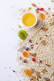 Haferflocken und verschiedene köstliche Bestandteile zum gesundes Frühstück, Lizenzfreies Stockbild