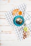 Hafergetreide mit Beeren und Creme, Schale Milch, Apfel Lizenzfreies Stockfoto
