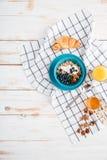Hafergetreide mit Beeren und Creme, Schale Orangensaft Stockfotos