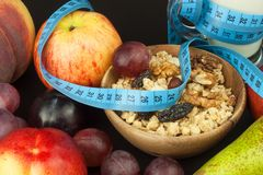 Hafermehl, Frucht und ein Glas Milch Nähren Sie Nahrung Nahrhaftes Lebensmittel für Athleten Gesunde Diät Traditionelles Frühstüc stockbild