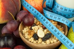 Hafermehl, Frucht und ein Glas Milch Nähren Sie Nahrung Nahrhaftes Lebensmittel für Athleten Gesunde Diät Traditionelles Frühstüc stockfoto
