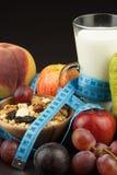 Hafermehl, Frucht und ein Glas Milch Nähren Sie Nahrung Nahrhaftes Lebensmittel für Athleten Gesunde Diät Traditionelles Frühstüc stockbilder
