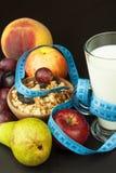 Hafermehl, Frucht und ein Glas Milch Nähren Sie Nahrung Nahrhaftes Lebensmittel für Athleten Gesunde Diät Traditionelles Frühstüc lizenzfreies stockbild