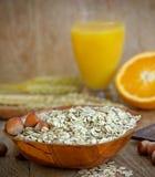 Hafermehl (Haferflocken) - Frühstück und Saft lizenzfreie stockfotografie