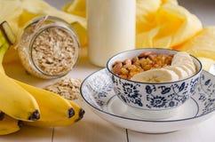 Hafermehl mit Banane, Rosinen, Mandeln und Milch Lizenzfreies Stockfoto