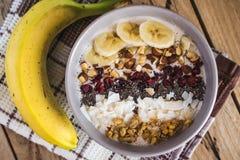 Hafermehl mit Bananen, Moosbeere, chia Samen, Kokosnussfetzen, alm lizenzfreies stockbild