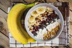 Hafermehl mit Bananen, Moosbeere, chia Samen, Kokosnussfetzen, alm stockbilder