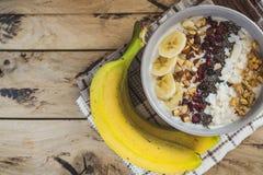 Hafermehl mit Bananen, Moosbeere, chia Samen, Kokosnussfetzen, alm lizenzfreie stockfotos