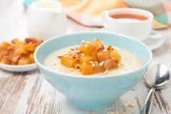 Hafermehl mit karamellisierten Pfirsichen, Tee und Jogurt, Nahaufnahme Stockfotos