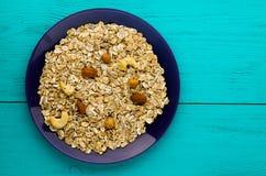 Hafermehl mit nutshazelnuts, Mandeln, Acajoubaum Hafermehl auf einem Anflehung Stockbild