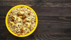 Hafermehl mit nutshazelnuts, Mandeln, Acajoubaum Hafermehl auf einem Anflehung Lizenzfreies Stockbild