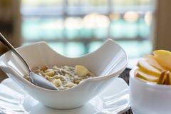 Hafermehlfrühstück in der modernen weißen Schüssel Stockfotos